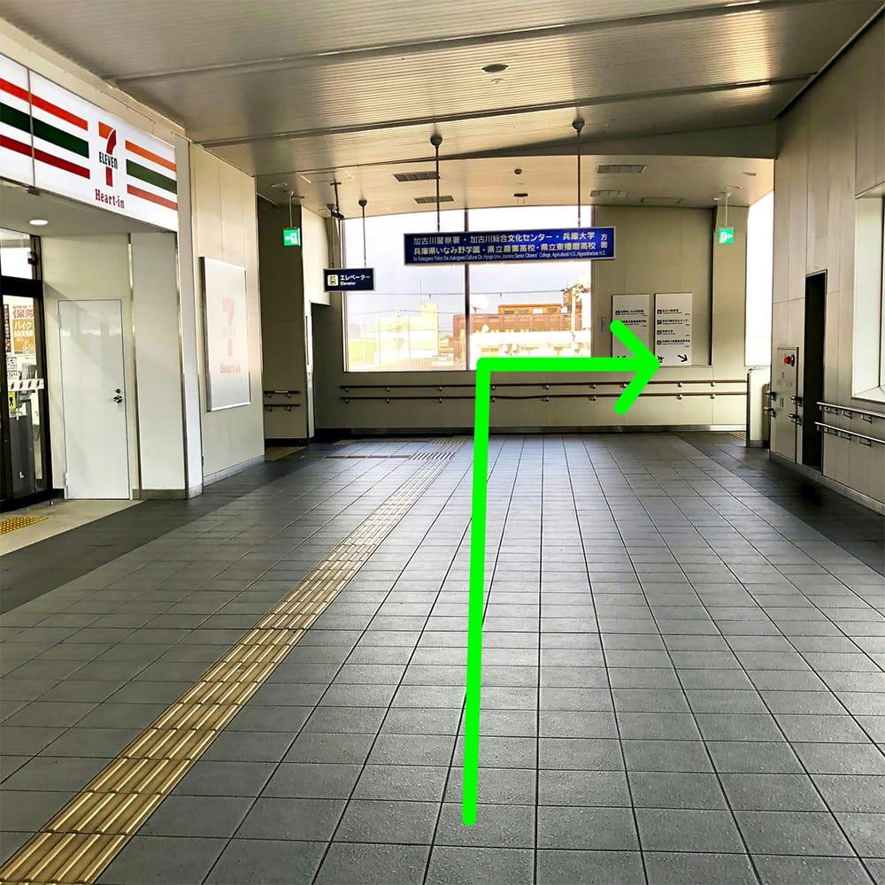 道順:突き当りを右へ行き階段を下ります。