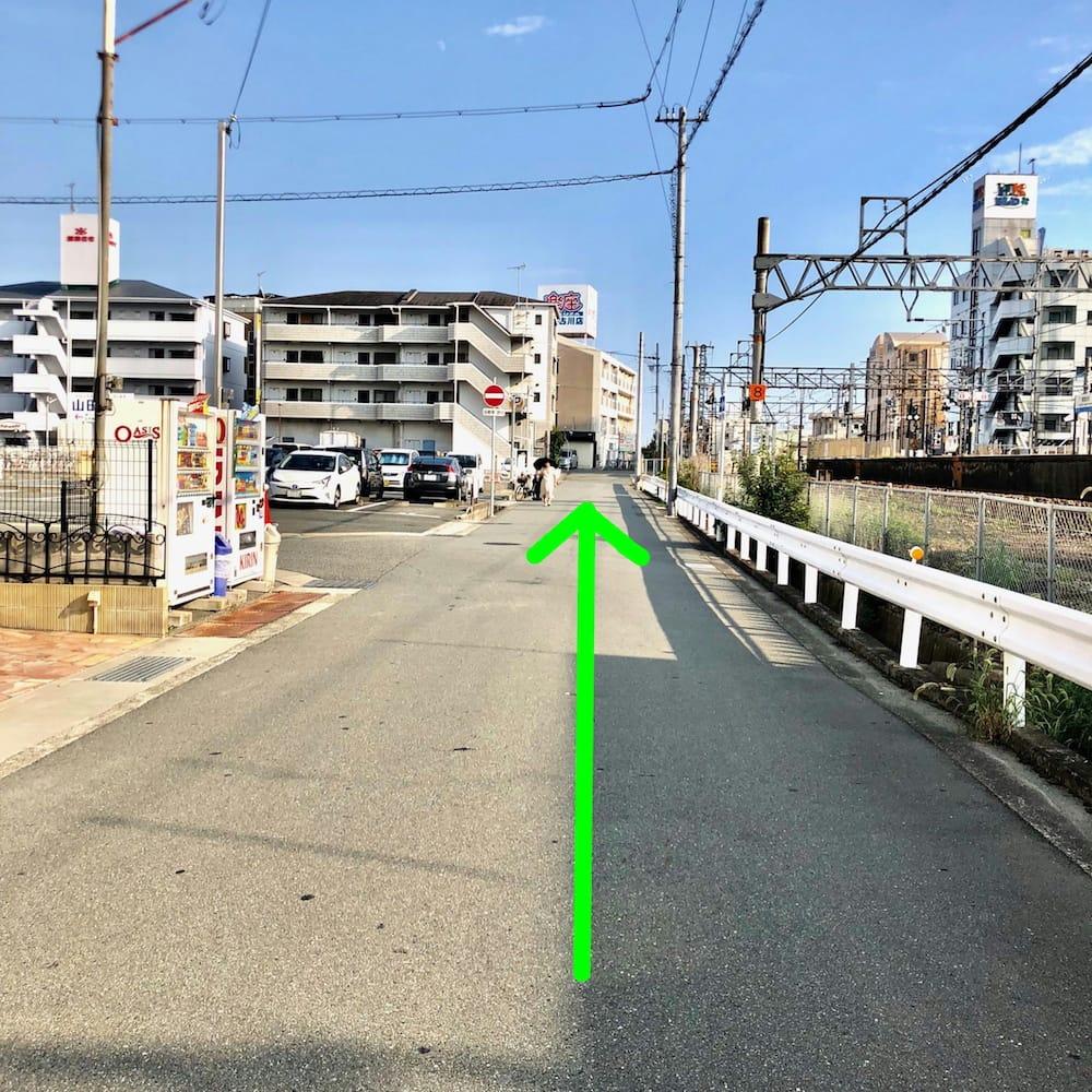 道順:線路を右手に見ながら直進します。